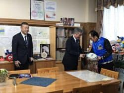 中島常務執行役員(中)は上田知事にチームのジャンパーを贈った(8日、埼玉県庁)