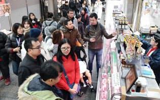 訪日外国人客らでにぎわう黒門市場(4日、大阪市中央区)