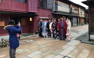 和装姿で記念撮影する訪日客(金沢市の「ひがし茶屋街」)