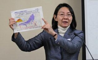 記者会見で小田川の堤防拡幅について説明する倉敷市の伊東市長(8日、倉敷市役所)