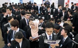 就職活動のため、外国人留学生向け就職フェアに参加した留学生(2018年5月、東京都渋谷区)