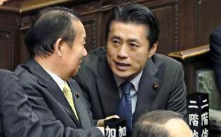衆院本会議で自民党の二階幹事長(左)と話す細野氏(5日)=共同