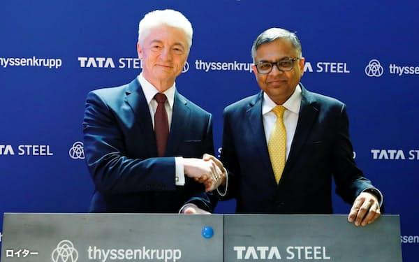 欧州事業の統合で最終合意したタタ製鉄のチャンドラセカラン会長(右)とティッセン・クルップのハインリッヒ・ヒージンガー社長(18年7月)=ロイター