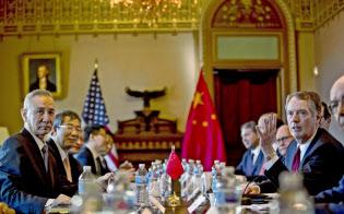 貿易協議に臨む中国の劉鶴副首相(左)とライトハイザーUSTR代表(右)ら(1月30日、ワシントン)=AP