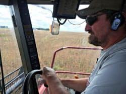 大豆を収穫する米アイオワ州の農家