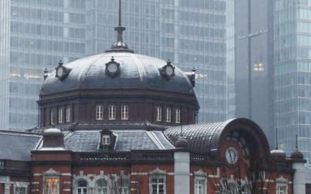 JR東京駅の屋根に積もり始めた雪(9日午前)