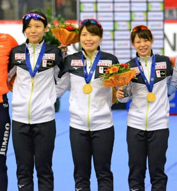 スピードスケートの世界距離別選手権で女子団体追い抜きを制した日本の(左から)高木美帆、佐藤綾乃、高木菜那(8日、インツェル)=共同