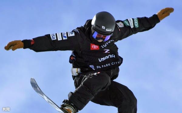 スノーボードの世界選手権ハーフパイプ男子で2位になった戸塚優斗(8日、パークシティー)=共同