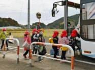 避難訓練で九電の手配したバスに乗り込む保育園児(9日午前、鹿児島県薩摩川内市)=共同