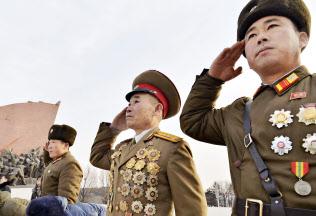 北朝鮮の朝鮮人民軍創建71年の記念日を迎え、平壌の「万寿台の丘」で敬礼する軍人=8日(共同)