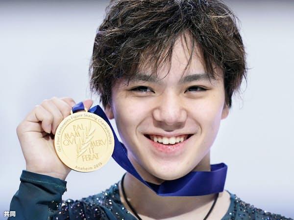 フィギュアスケートの四大陸選手権で逆転優勝し、金メダルを手に笑顔の宇野昌磨(9日、米アナハイム)=共同