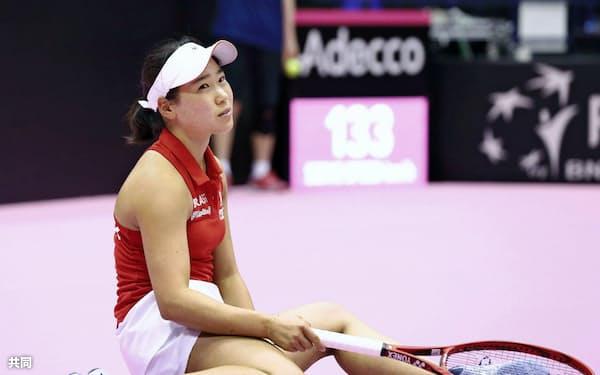日本―スペインでジョルジナ・ガルシアペレスにポイントを奪われ、座り込む日比野菜緒(10日、北九州市立総合体育館)=共同