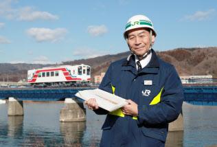 復旧したJR山田線の橋梁の前に立つ瀧内義男さん(1月30日、岩手県宮古市)