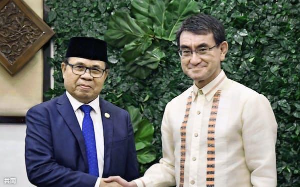モロ・イスラム解放戦線のムラド・エブラヒム議長(左)と握手する河野外相(10日、フィリピン・ダバオ)=共同