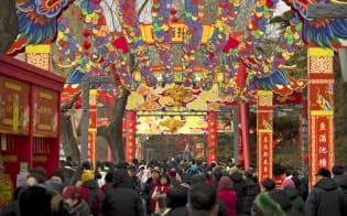 小売業などにとっては大きなかき入れ時となる春節の消費額は今後1年間を占う重要な指標とされる(6日、北京)=AP