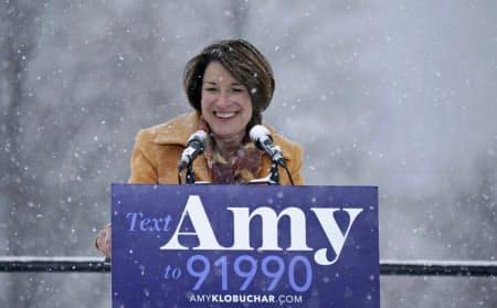 米大統領選への出馬を表明した民主党のクロブシャー上院議員(10日、ミネソタ州ミネアポリス)=AP