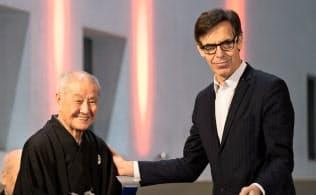 芸術文化勲章オフィシエを受章する野村萬氏(左)とベイル総裁(10日、パリ)=(C)国際交流基金