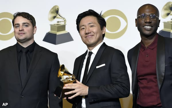 第61回グラミー賞で、「ディス・イズ・アメリカ」の音楽ビデオが最優秀ミュージック・ビデオ賞に選ばれたヒロ・ムライさん(中央)=AP
