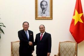 北朝鮮の李容浩外相(左)はベトナムのグエン・スアン・フック首相と会談している(18年12月 ハノイ)=ロイター