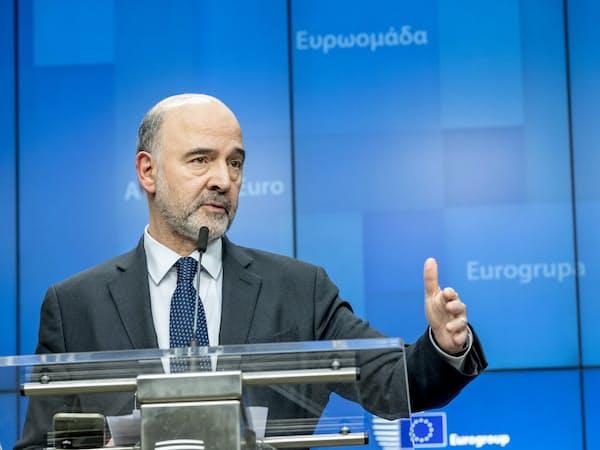 記者会見するモスコビシ欧州委員(11日、ブリュッセル)=欧州理事会提供