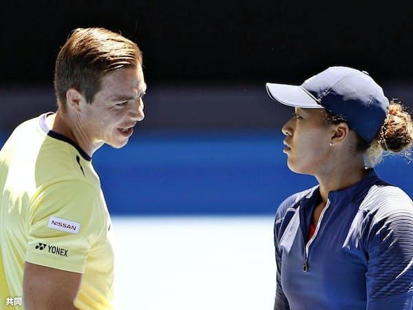 全豪オープンの練習で話す大坂なおみ(右)とサーシャ・バイン・コーチ(1月、メルボルン)=共同
