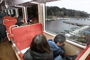 JR山田線宮古―釜石間が三陸鉄道に移管され、開通するのを前に行われた報道関係者向けの試乗会(11日、岩手県釜石市)=共同