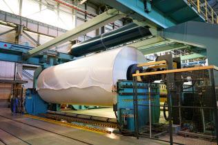 製紙各社は供給過剰解消のため生産能力削減を進めている