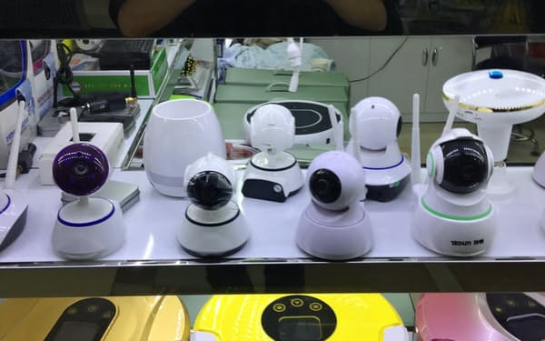 中国の至る所で目にする監視カメラは「カラー革命」を食い止める切り札とされる(中国内の販売店)