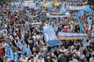 15年7月、トルコ・イスタンブールで中国政府のウイグル族政策に抗議するウイグル族ら(AP=共同)