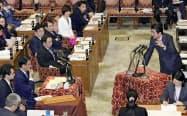 立憲民主党会派の岡田克也氏(左手前から3人目)の質問に答弁する安倍晋三首相(12日)=共同