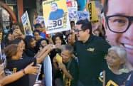 支持者に囲まれる反ドゥテルテ派のバム・アキノ上院議員(12日、マニラ)