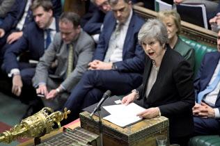 1月29日、EU離脱方針に関する英下院での審議で発言するメイ首相(ロイター=共同)