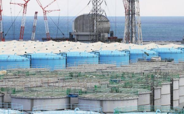 18年度に1日平均約170トン発生した福島第1の汚染水。政府は海洋放出などの結論を出せないでいる(汚染処理水などが入ったタンク)