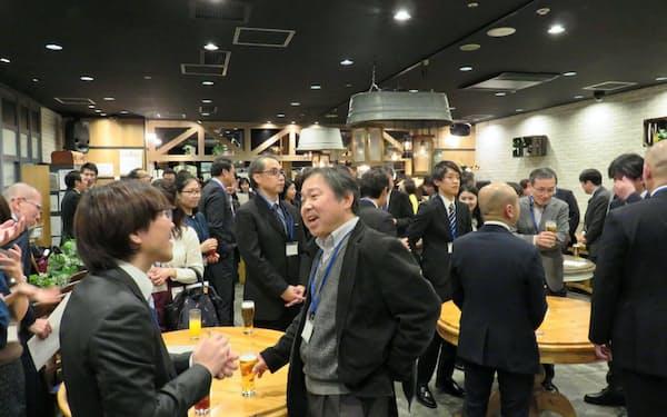 交流会は参加者が起業家などと直接会話できる好機(今年1月、金沢市内の飲食店)