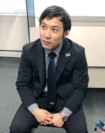 グランドスラム大会から帰国し、取材に応じる柔道男子の高藤直寿(12日、羽田空港)=共同