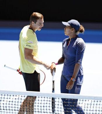 全豪オープンの練習で話す大坂なおみ(右)とサーシャ・バイン・コーチ=共同