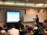 埼玉県信金は中小企業の経営者らに事業承継の準備を解説するセミナーを開催している(越谷市)