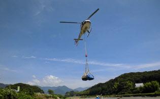 四国航空は、西日本豪雨で停電が続いた高知県安芸市などにヘリで発電機を届けた