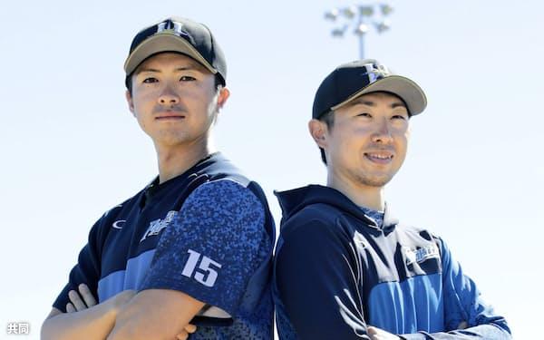 1次キャンプを終え、記念撮影でポーズをとる日本ハム・上沢(左)と金子(12日、スコッツデール)=共同