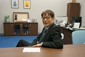 大学院の指導教員、辻井潤一は岡野原を「エネルギッシュな常識人」と表現する