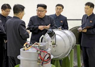 米軍高官は完全な非核化に懐疑的な見方を示す(写真中央は北朝鮮の金正恩委員長。朝鮮中央通信配信)=AP