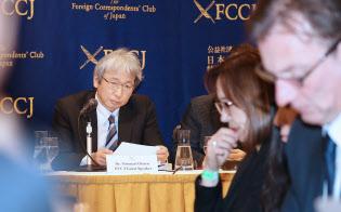 多くの海外メディアを前に記者会見する大鶴基成弁護士(1月8日、東京都千代田区の日本外国特派員協会)
