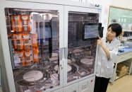粉末状の医薬品を自動で調合し、小分けにして出す装置などを導入した(千葉県松戸市の「トモズ松戸新田店」)