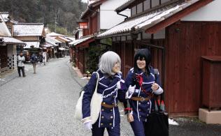 コスプレで吹屋地区の街歩きを楽しむ参加者(11日、岡山県高梁市)