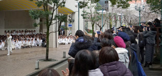 宝塚大劇場公演の最終日、楽屋入りする生徒たちを大勢のファンたちが迎える(兵庫県宝塚市)