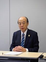 記者会見するアシックスの広田康人社長