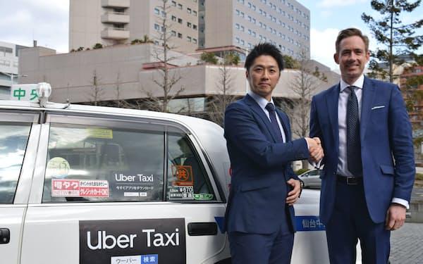 ウーバージャパンのトム・ホワイト氏(右)と仙台中央タクシーの清川晋取締役(13日、仙台市)