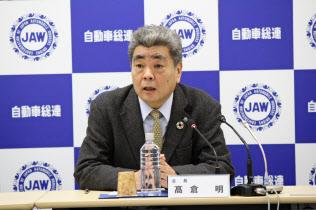 記者会見する自動車総連の高倉明会長(13日、東京都港区)