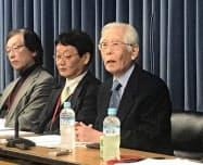 記者会見する白川英樹筑波大名誉教授(右)(13日、東京都千代田区)