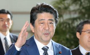 首相官邸に入る安倍首相(14日午前)